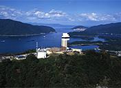 茅葺き屋根の田園風景と展望タワーから望む舞鶴湾サムネイルイメージ